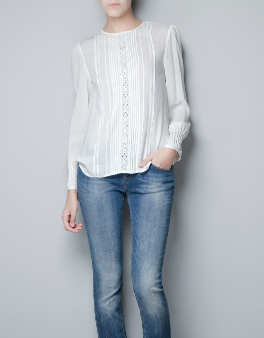 White Shirt: very easy to wear, it can be sporty or elegant