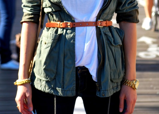 new york streetstyle brooklyn bridge fashion and beats ana bekted military jacket fall white tshirt abercrombie jeans ray bans zara beige bag handm belt michael kors watch