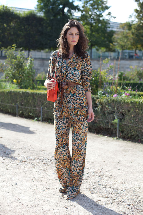 PRINT-JUMPSUIT-STREET-STYLE-FLORAL-PRINT-LEATHER-WAIST-BELT-QUILTED-TANGERINE-ORANGE-BAG-WIDE-LEG-NAUTRAL-BEAUTY-VIA-HARPERS-BAZAAR