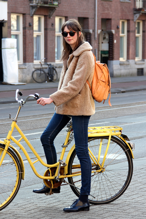Amsterdam_Street_Style_Fashion_Population_Fur_Backsack_Yellow_Bicycle