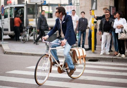 street_fashion_milano_man_riding_bicycle_hss
