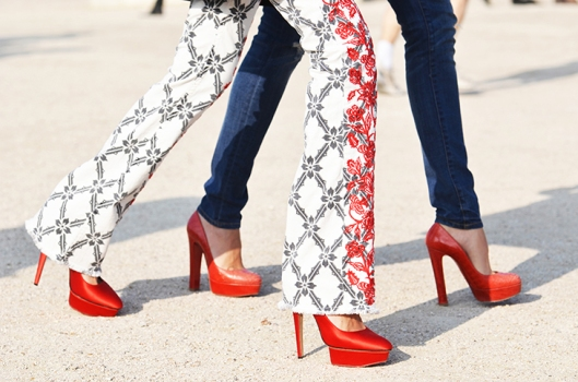 NobodyKnowsMarc.com Gianluca Senese oaris fashion week street style legs red shoes