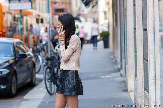 9974-Athens-Streetstyle-woman-leather-shorts-beige-blouse-Milan-Street-Style